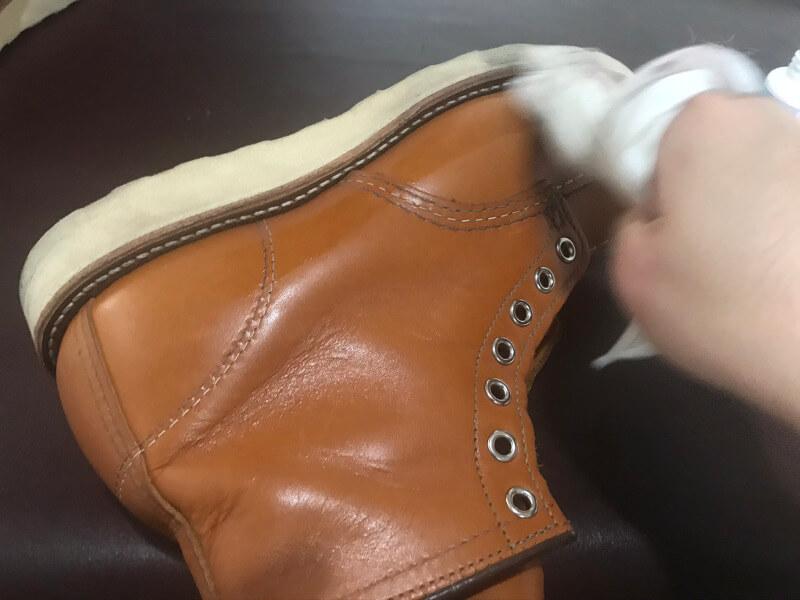 ブーツを拭き上げる
