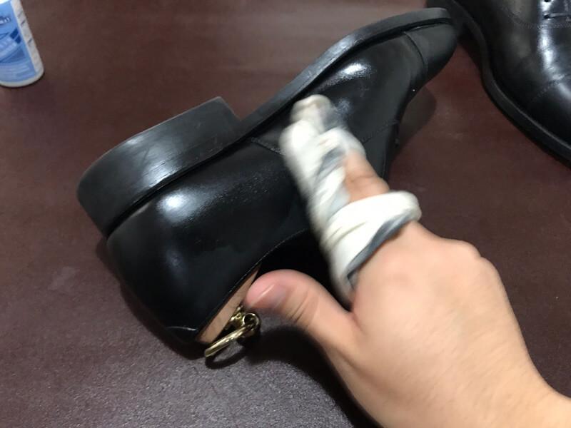靴を軽く拭き上げる