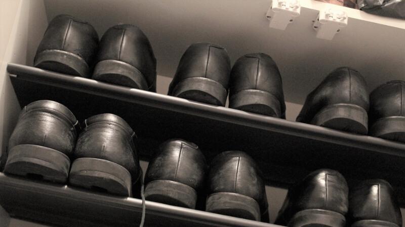 下駄箱と革靴