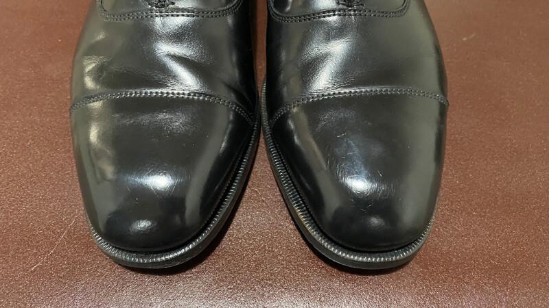 鏡面磨きされている靴