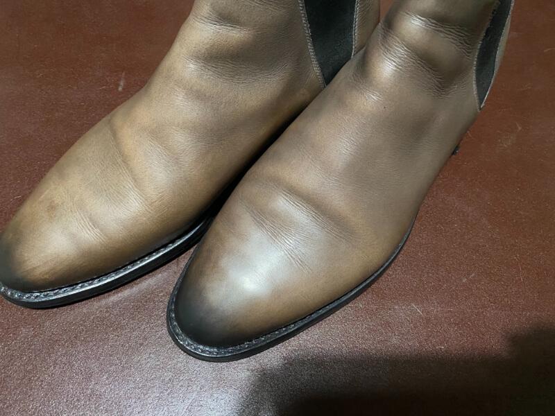 広角カメラで撮影した靴の写真