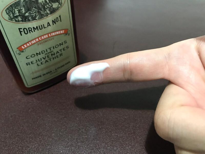 レザーケアリニメントを指に取る