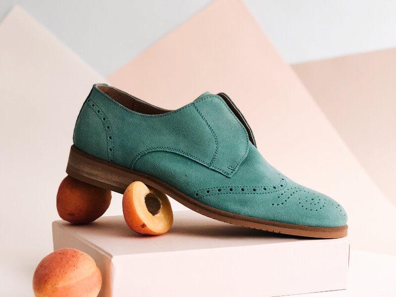 青いスエードの靴