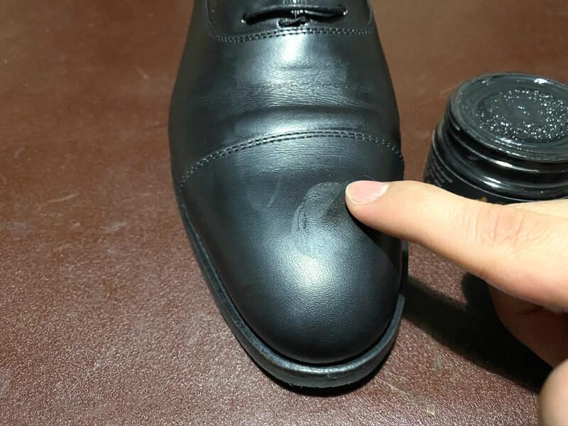 靴クリームを塗っていく