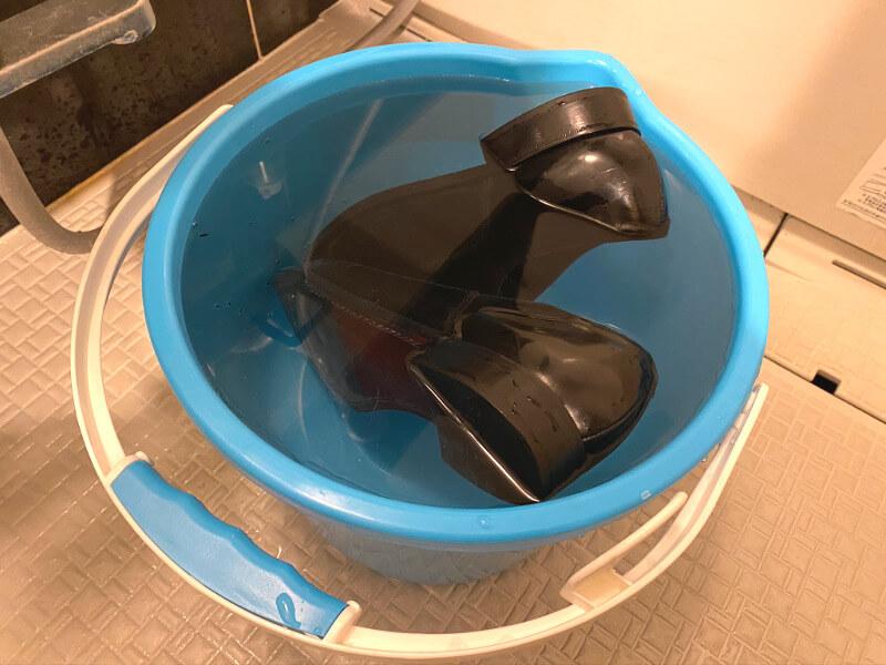 革靴をぬるま湯につける