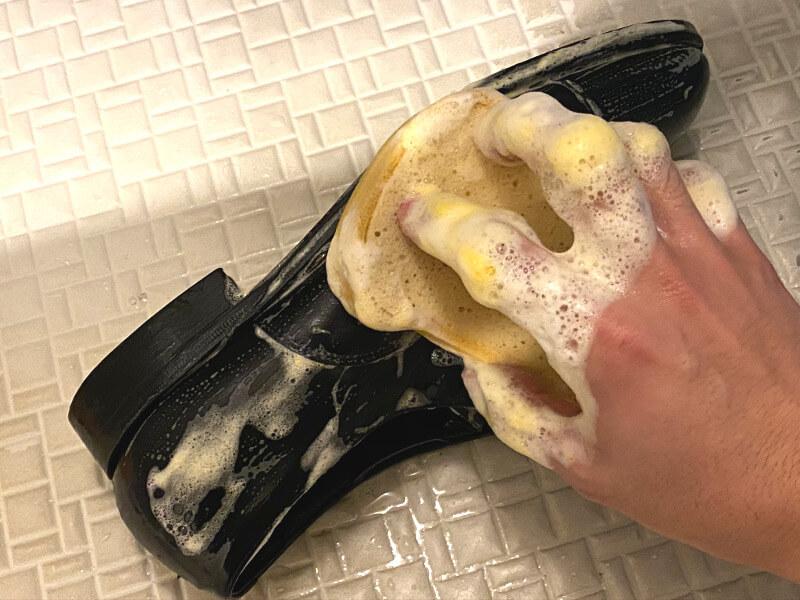 泡立てたスポンジで全体を洗う