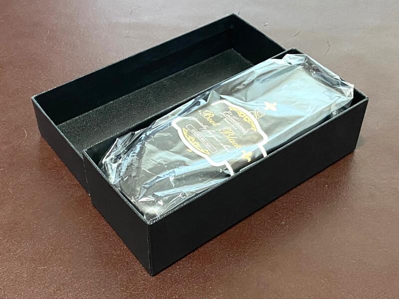 箱を開けるとビニールに入ったブラシが登場